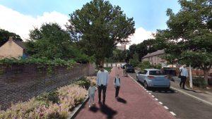 Visualisatie ontwerp Dovenetelhof: rode bestrating, groenbakken langs de muur, wandelende mensen
