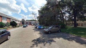 Foto van huidige situatie Lepelkruidhof: parkeerplekken met daarachter groen