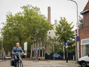 Fietsers fietst voor het Textielmuseum