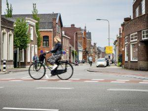 Fietser fietst over het kruispunt